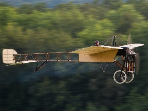 Le 25 juillet 1909, Louis Blériot traverse la Manche en avion
