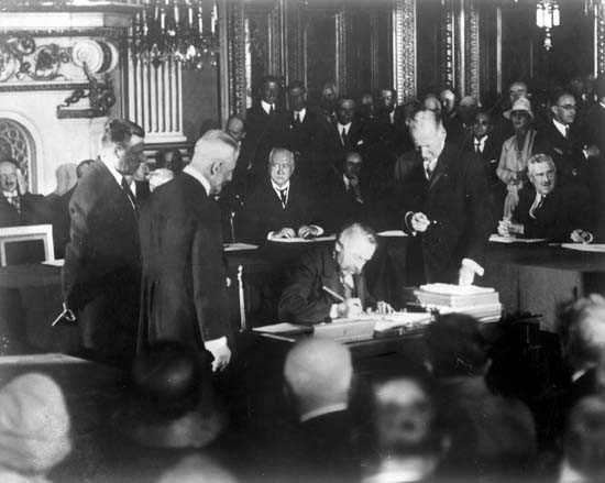 Signature du pacte Briand-Kellog, le 27 août 1928